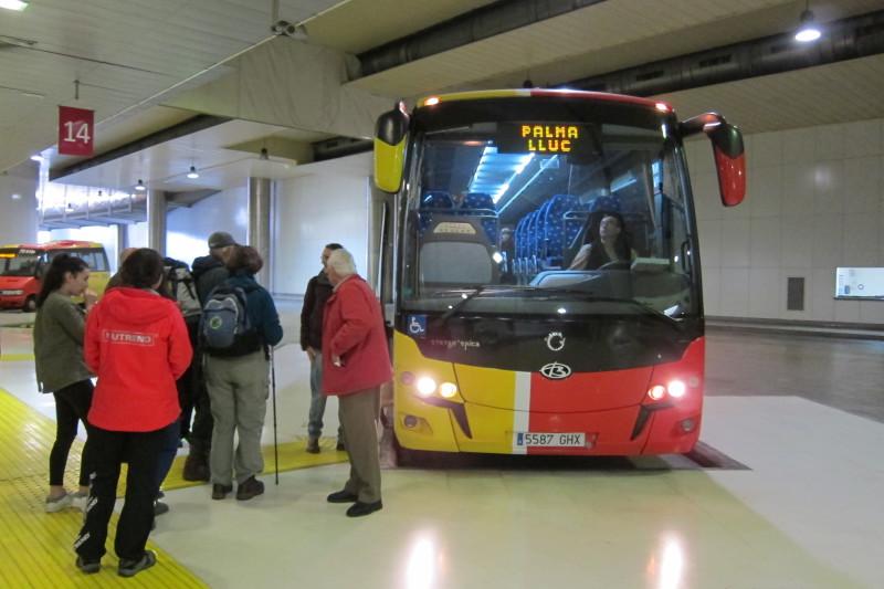 Typický meziměstský autobus. Tento končí u kláštera Santuari de Lluc