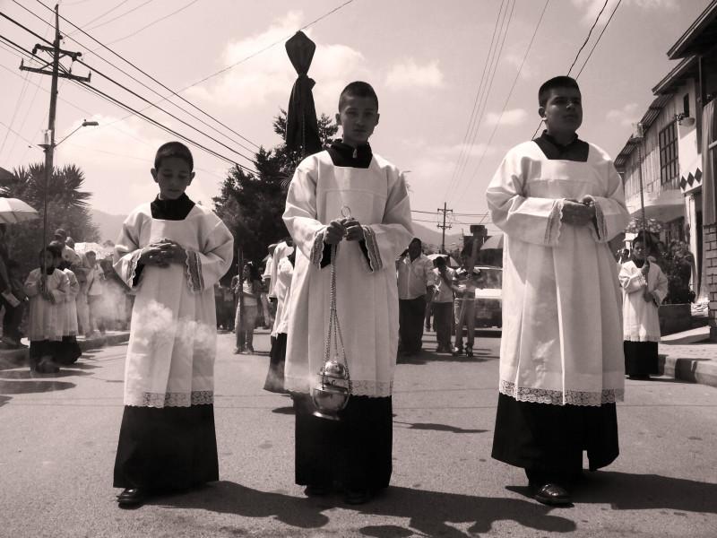 Ministranti kráčí o Velkém pátku z periferie města směrem do centra města. La Ceja, Kolumbie.