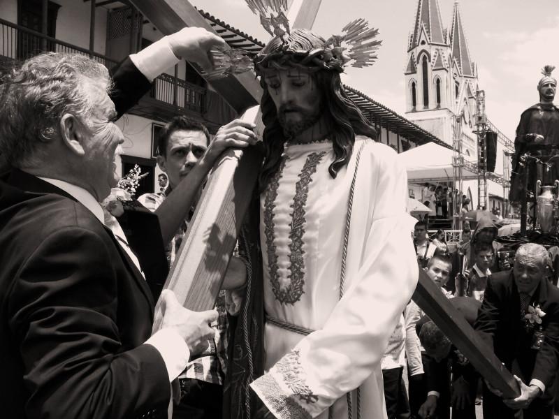 Radní města nasazují Kristu kříž o Velkém pátku. Město La Ceja, Kolumbie.
