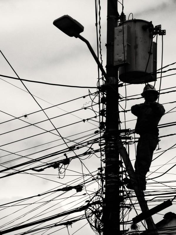 Rodrigo bojuje statečně se spletí elektrického rozvodu a v zajetí změti drátů předvádí neuvěřitelnou trpělivost. Ibarra, Ekvádor.