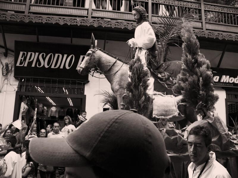 Socha Ježíše na oslíku je dominantou procesí o Palmové neděli. La Ceja, Kolumbie.