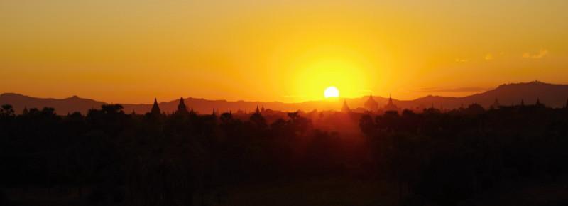 Zapadající slunce nad Baganem