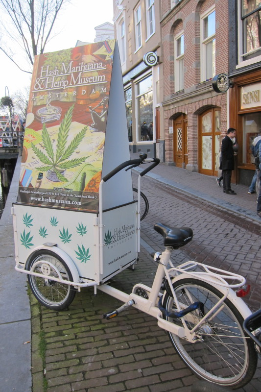 Kolo jako upoutávka na amsterdamské muzeum hašiše a marihuany