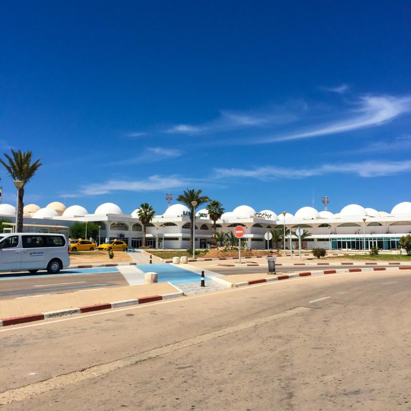 Při příletu do Tuniska nás čekalo skvělé počasí. Ideální změna oproti studeným dnům tady u nás. Na letišti se od mé poslední návštěvy v roce 2004 na první pohled nic nezměnilo.