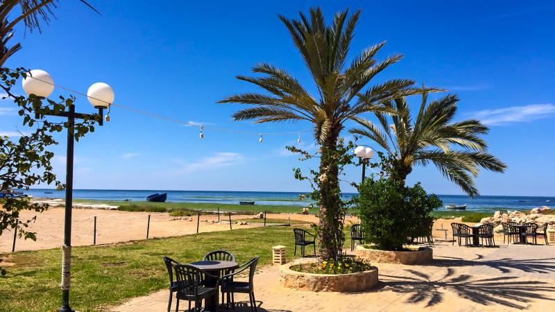 Naše první zastávka na cestě Tuniskem byla na parkovišti před zatím ještě opuštěnou restaurací. Přiletěli jsme úplně prvním letem z ČR do Tuniska v době, kdy sezóna teprve startuje. Restaurace už je připravená, hosté mohou dorazit a užívat si krásného letního počasí, Tuniska, koupání a dalších radovánek.