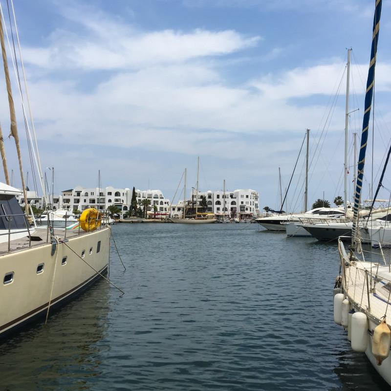 V přístavu Port El Kantaoui, Hammam Sousse se v klidu připravují lodě na sezónu, občas už projede nějaká loď s turisty, ale zatím panuje pohoda a klídek.