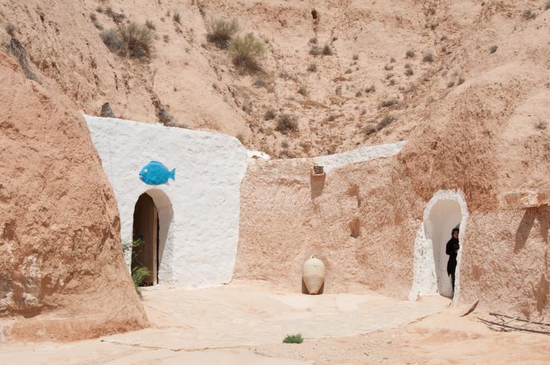 Hlavní vstup do obydlí troglodytů - jejich obydlí jsou vyhloubena hluboko ve skalách, díky čemuž svým obyvatelům poskytují příjemné klima v horkých dnech.