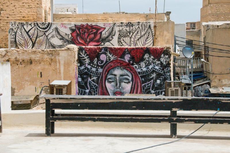 I v Tunisku můžete narazit na zajímavé graffiti. Tyhle jsme objevili ze střechy jedné kavárny, kde jsme si dali menší siestu u výborné kávy a nealkoholického mojita.