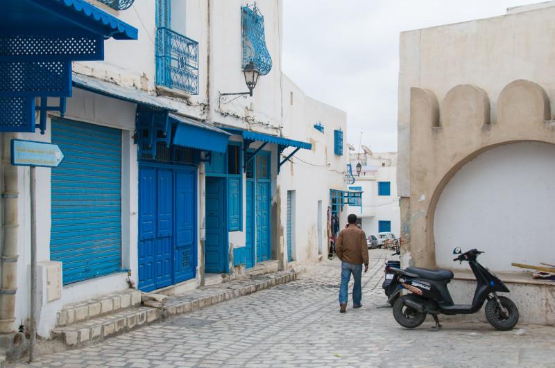 Člověk se místy musí zamyslet, jestli kráčí ulicemi některého z řeckých ostrovů a nebo Tuniskem...