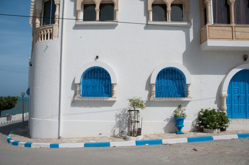 Navštívili jsme také malebnou vesničku, ve které se jako na jediném místě v Tunisku vyrábějí nádherné koše z mořské řasy. Toto místo na první pohled působí jako Santorini nebo nějaký jiný řecký ostrov.