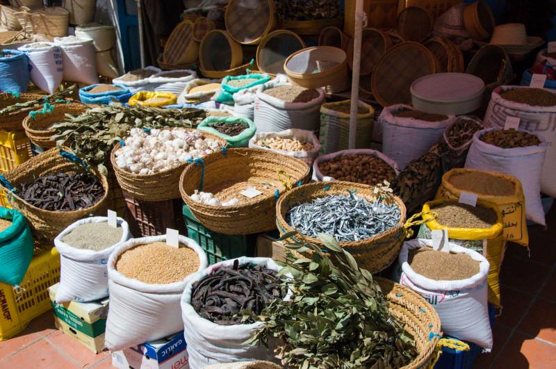 Na tuniských tržištích nakoupíte opravdu spoustu skvělých a čerstvých ingrediencí, včetně velice dobře vypadajícího česneku, luštěnin, obilovin a všemožných druhů koření.