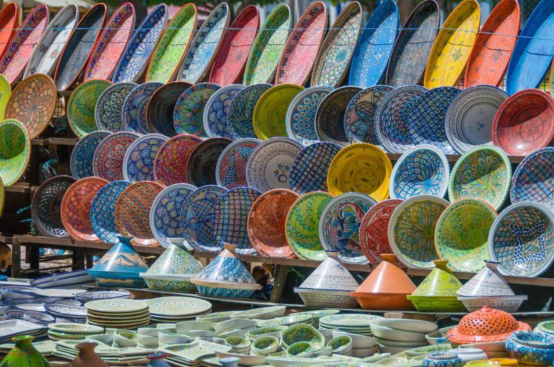 Na tržnicích pořídíte také ručně malované misky, talíře, karafy, vázy, nádherné tajiny, podnosy, šálky a spoustu další krásné keramiky.