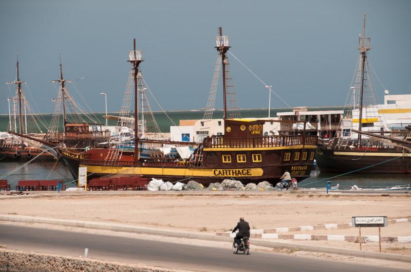 Výhled z lodi restaurace La Princesse D'HAROUN na přístav.