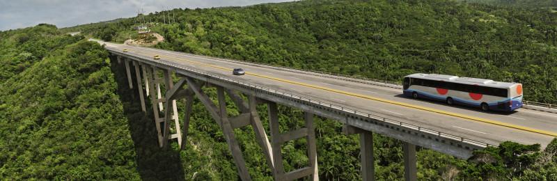 Moje cesta Kubou – 2. část (1. den) – Návštěva dvou z nejkrásnějších měst na Kubě – Matanzas a Havany. Panoramatický pohled na most přes údolí Yumuri mezi Havanou a Matanzas, Kuba.