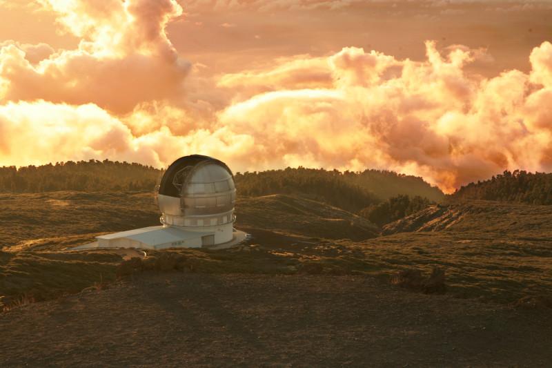 Impozantní výjev – observatoř na Roque de los Muchachos při západu slunce, La Palma, Kanárské ostrovy.