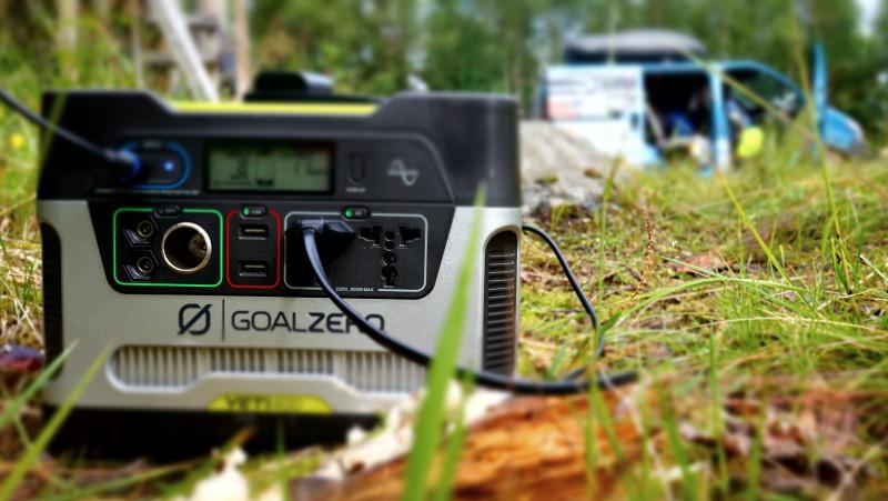 Yeti 400 v akci. Při přechodu pohoří Dovrefjell jsme měli omezený přístup k elektřině, kempovali jsme na divoko u přístřešků zvaných gapahuke, a tak jsme byli moc rádi za možnost dobít si třeba naše baterky do foťáku.