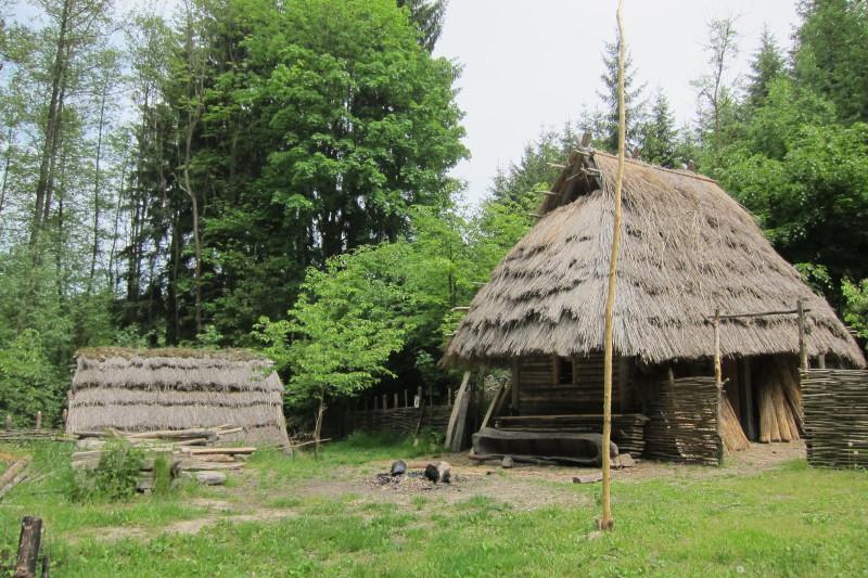 Od roku 2007 budovaná pravěká osada Křivolík