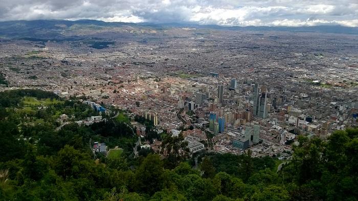 Bogota kam jen dohlédneš. Teprve tady nahoře si člověk uvědomí, jaké je to monstrum.