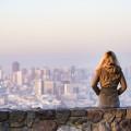 Mladá holka si užívá pohled na San Francisco v USA.