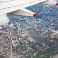 Odškodnění za zpožděný let - pohled z letadla přes křídlo na Londýn.