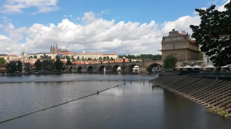Pohled na Karlův most a Pražský hrad.
