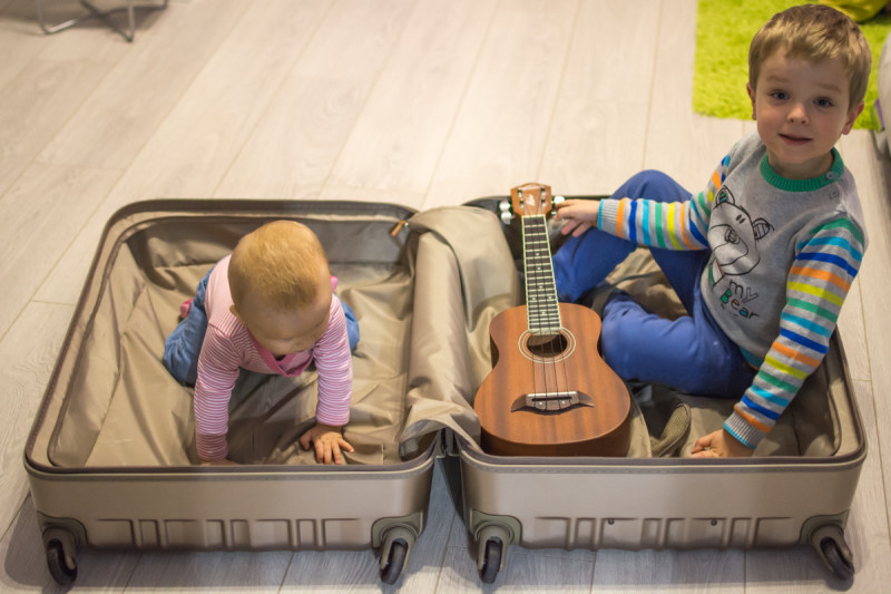 Děti s ukululele v kufru značky March.