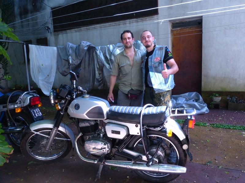 Na Jawě napříč Jižní Amerikou ve stopách Čechů – Argentina. S Javierem Paricou v Buenos Aires.