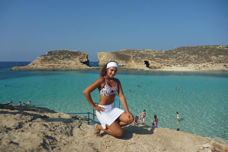 Turisty nejvíce obléhaná pláž v Blue Lagoon na ostrově Comino