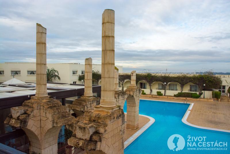 Pohled na bazén a stylovou výzdobu ve stylu Kartága v hotelu Golden Tulip, Tunis.