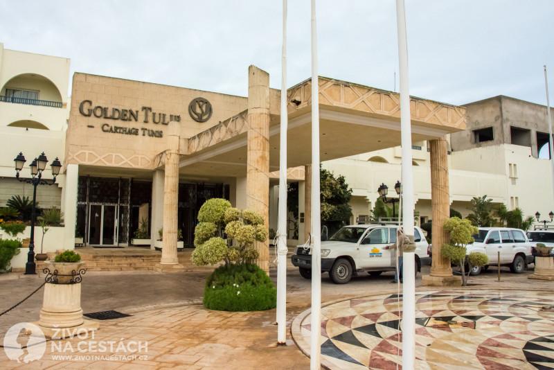 Fotoreport z cesty napříč Tuniskem – Toyoty LandCruiser seřazené před hotelem Golden Tulip v Tunisu, Tunisko