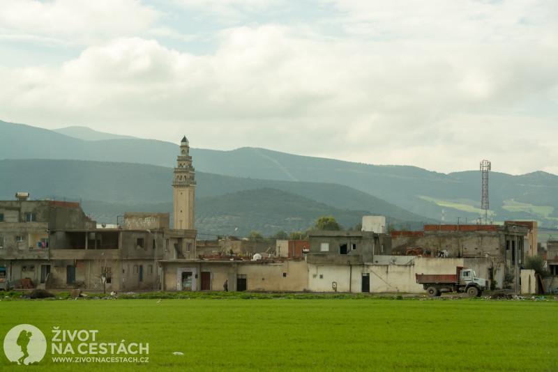 Fotoreport z cesty napříč Tuniskem – vesnice s mešitou před horami.