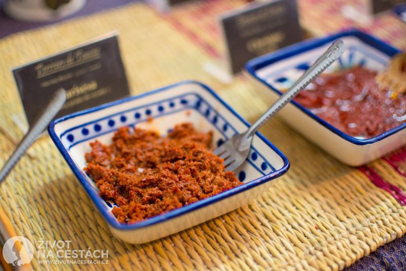 Harissa je tuniská národní pikantní pochoutka, která se vyrábí z mletých paprik, česneku a soli. V místní výrobě začali vyrábět i netradiční příchutě jako např. uzenou, se švestkami, zázvorem, tymiánem apod.