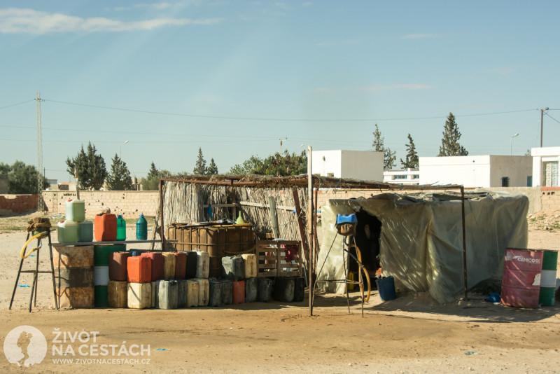 Nelegální benzínka s pašovaným benzínem z Libye.