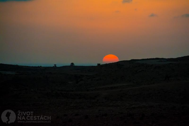 Fotoreport z cesty napříč Tuniskem – Při odjezdu z Matmaty se nám podařilo zahlédnout takto krásný západ slunce.