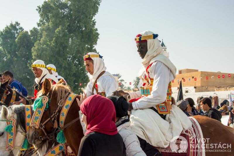 Fotoreport z cesty napříč Tuniskem – Zahájení 49. ročníku Mezinárodního festivalu Sahary na náměstí v Douz, Tunisko.