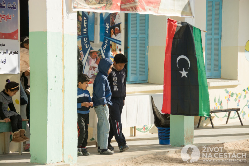 Fotoreport z cesty napříč Tuniskem – Místní školáci o přestávce v klidu postávají nebo posedávají kolem třídy.