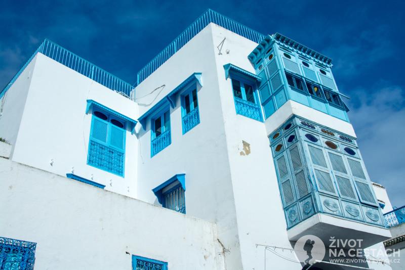 Fotoreport z cesty napříč Tuniskem – Krásné domy v Sidi bou Said barevně ladí s krásnou oblouhou i mořem na pozadí.