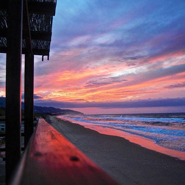Byla už úplná tma, když jsem sjel z hlavní silnice směrem k moři. Na břehu jsem zjistil uzavřený plážový bar a rozhodl se strávit noc na jeho podlaze. Probudil jsem se několikrát během noci a viděl, že někdo tam nahoře kouří, ale já si jich nevšímal a oni si zasi nevšímali mě. Zdál se mi bláznivý sen. Zdálo se mi, že jsem se probudil a všechny moje věci byly pryč. Byla to krásná tulácká noc. Druhý den ráno, když nový den zahrál koncert pro růžovou, fialovou a červenou na obloze, zatímco já si vařil své ovesné vločky ke snídani, to ráno bylo jedním z těch, kdy si jste jistí, že život stojí za to žít.