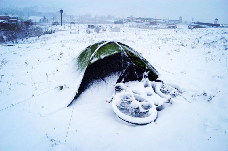 Noc v Bozöyük, den před Novým rokem 2014 přinesl vánici. Probudím se každé dvě hodiny a zapaluji kamna. Celou nádrž jsem spálil. Ve čtyři hodiny ráno je venku deset centimetrů sněhu a také stan pomalu mizí pod tlustou vrstvou toho bílého svinstva. Rtuť teploměru klesne na minus jedenáct a to už není možné už spát - mohl bych také zmrznout...
