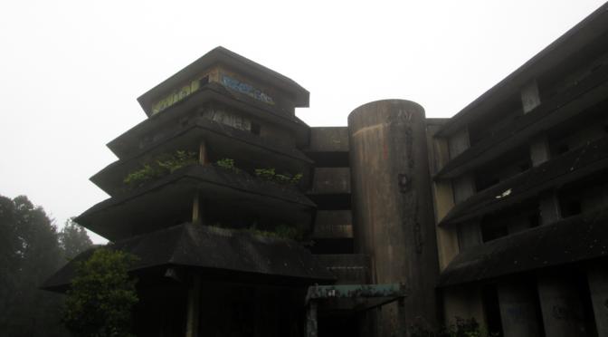 Hlavní vchod do opuštěného hotelu