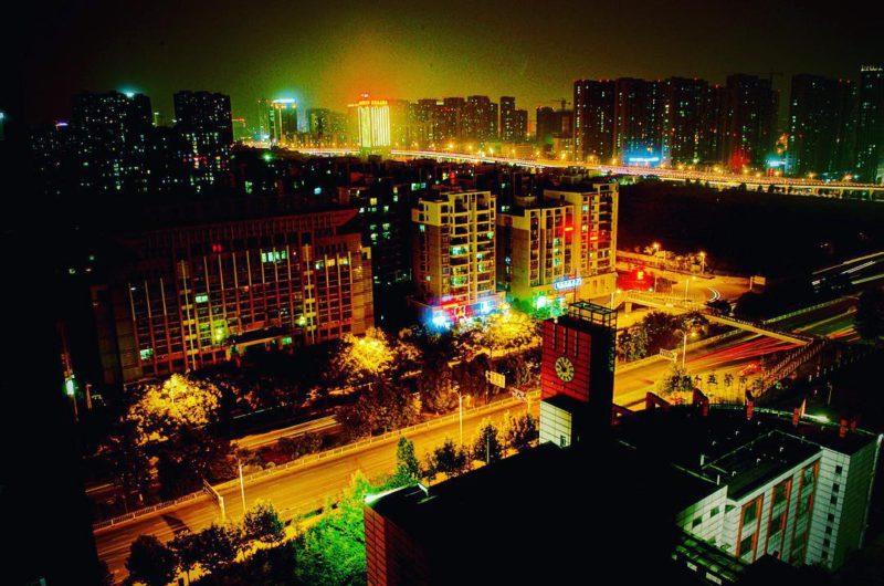 Hefei v noci: pohled z mého apartmánu, kde jsem zůstal v prvních dvou týdnech ve městě.