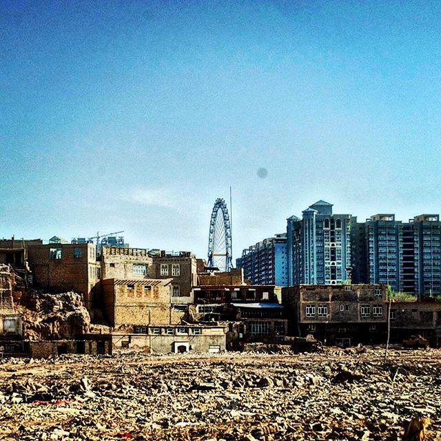 Kašgar –staré i nové město. Vzhledem k tomu, že centralizovaná čínská vláda tlačí více etnik do regionu, kde dříve převládali Ujgurové, žerou nové budovy ze skla čím dál více staré, muslimské město.