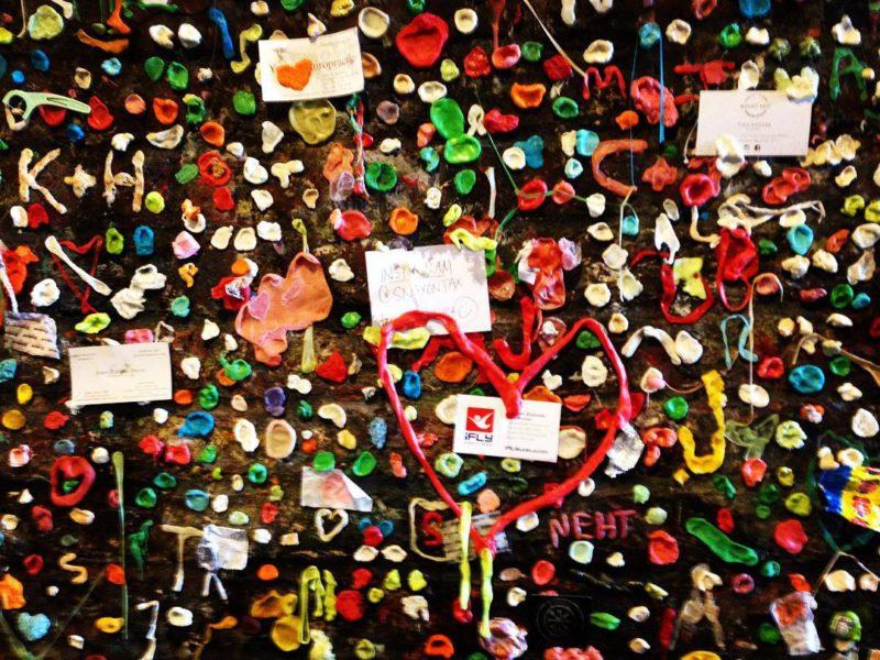 Tisíce a tisíce žvýkaček a vzkazů, zakrývajících celou zeď. Post Alley Gum Wall, Seattle.