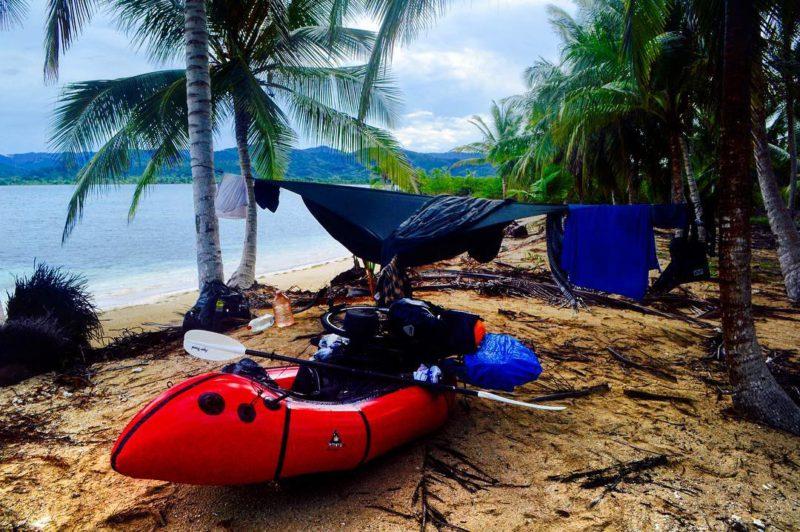 Z Panamy jsem se vydal na Comarça de Kuna Yala, autonomní domorodé území na břehu Karibského moře s plánem sledovat pobřeží až do Kolumbie na mojí nafukovací lodi, kempování každou noc na malých, neobývaných ostrovech jako je tento . Později se ukázalo být mé největší a nejnáročnější dobrodružství...