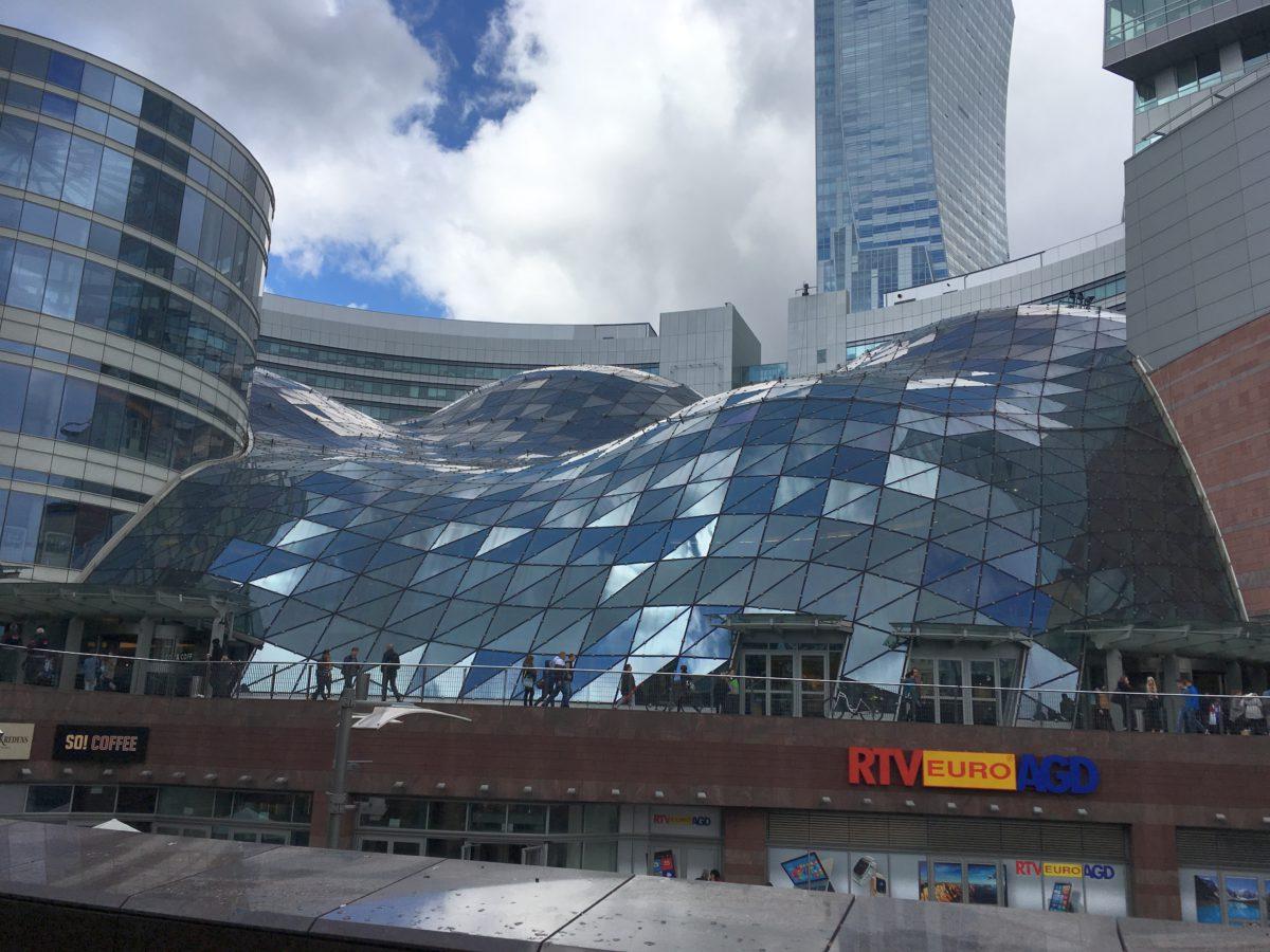 Komerční, nákupní a kancelářské centrum Zlaté Terasy hned vedle nádraží Warszawa Centralna