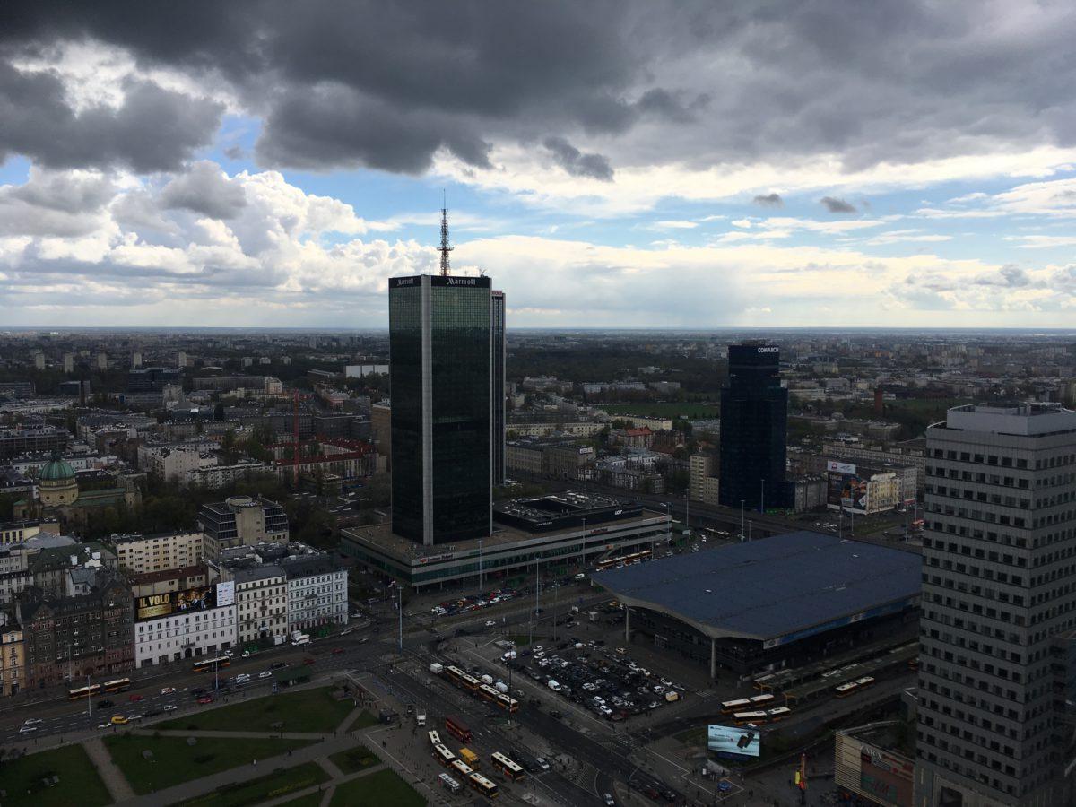 Výhled z terasy paláce - vpravo nádraží Warszawa Centralna