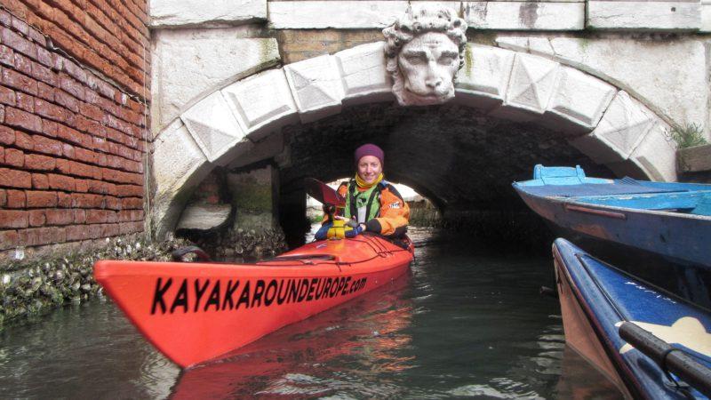 kajakem pod mostem v Benátkcáh