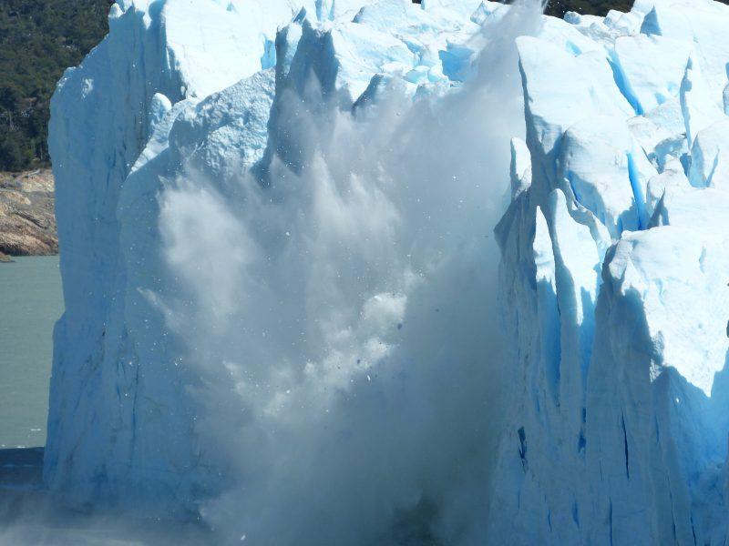 Padající kusy z ledovce Perito Moreno.