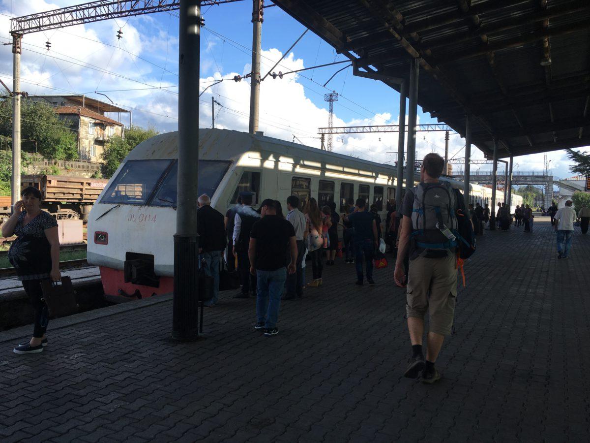 Vlak z Kutaisi do Batumi – cesta trvá cca 4 hodiny