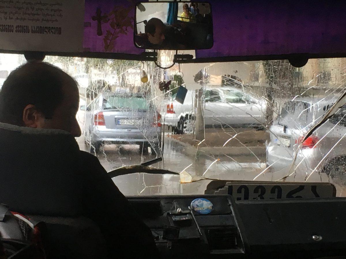 Pavučina na skle minibusu svědčí o ne vždy bezchybných dopravních prostředcích
